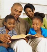 familia-orando-biblia-imagens-e-moldes-090420